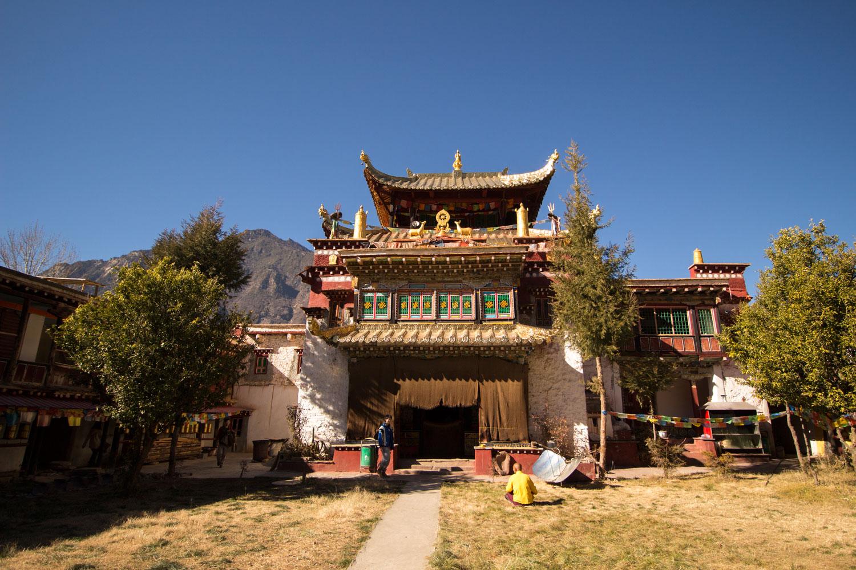 村の中のチベット仏教寺院