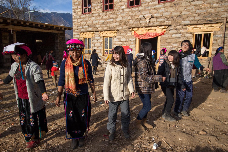 ギャロン・チベット族の踊りの輪に入る