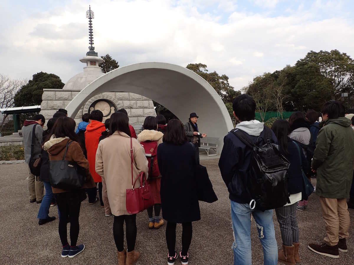 長島愛生園・納骨堂で元患者の支援者にお話を伺う学生たち