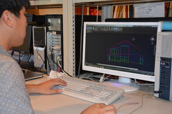 コンコンピュータを使用した製図風景