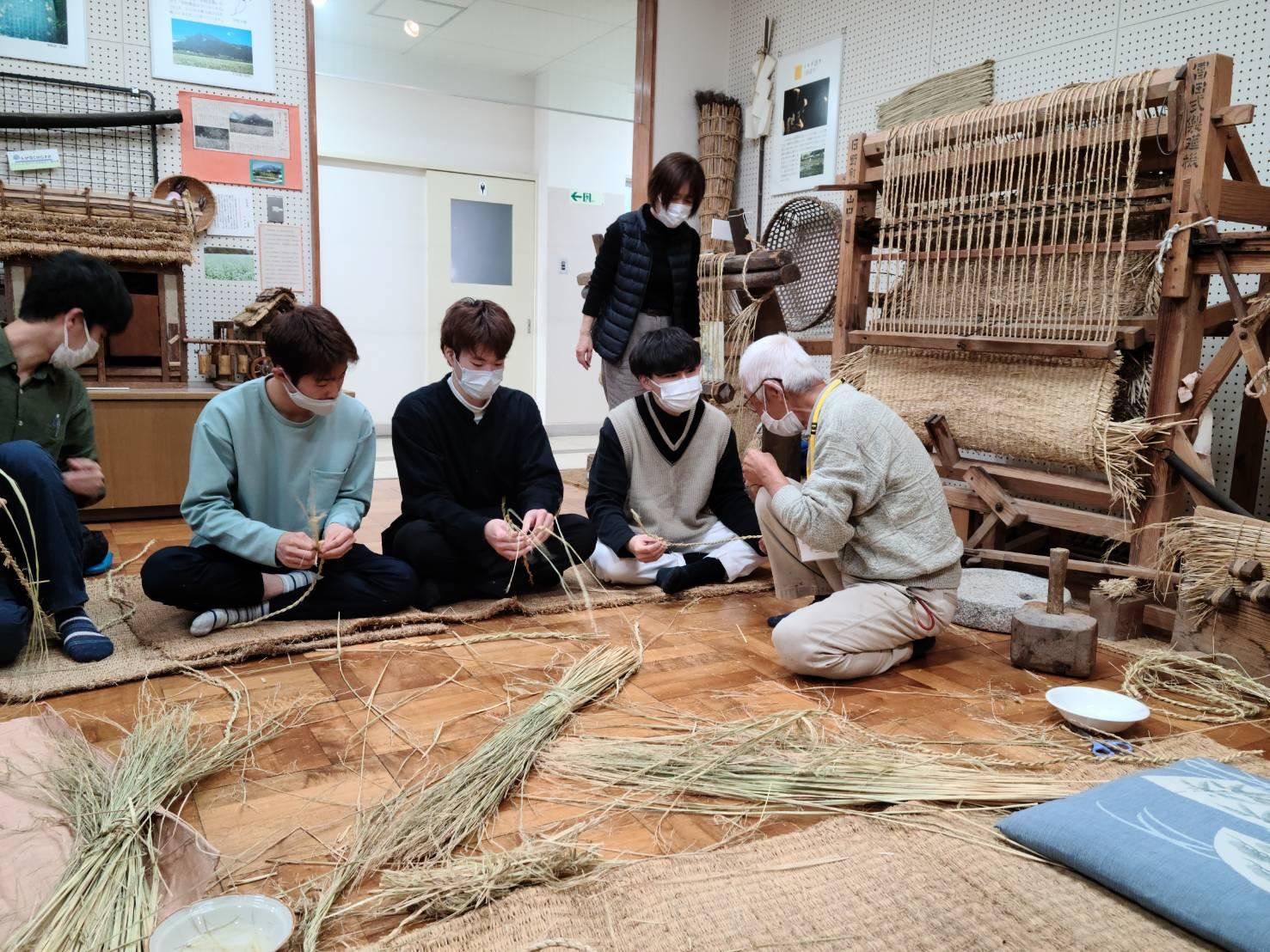 伊吹山文化資料館での縄編み
